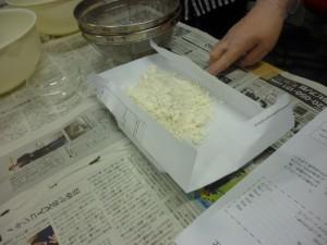 協力してパウンドケーキ作り